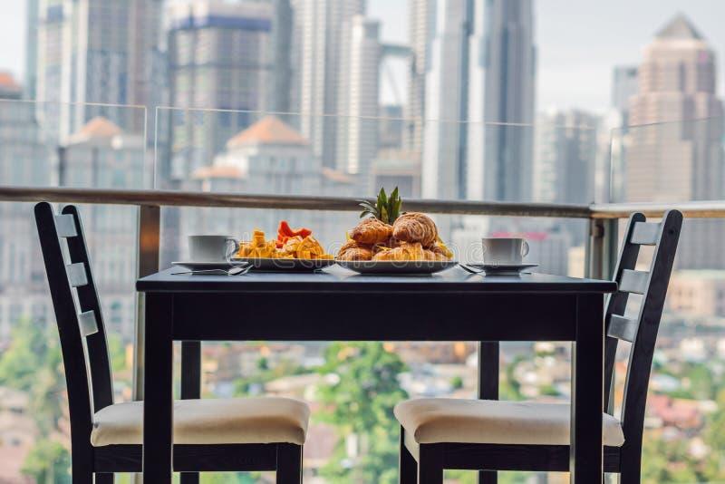 Ontbijtlijst met koffiefruit en brood croisant op een balcon royalty-vrije stock fotografie