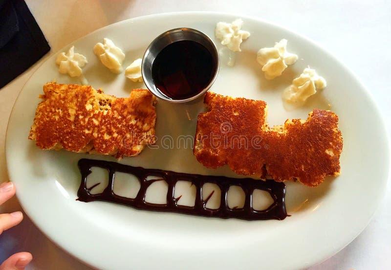 Ontbijtpannekoeken als trein worden gevormd die royalty-vrije stock afbeelding