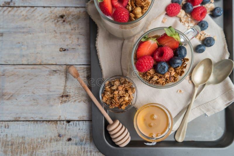 Ontbijtparfait met eigengemaakte granola, verse vruchten en yoghurt royalty-vrije stock afbeeldingen