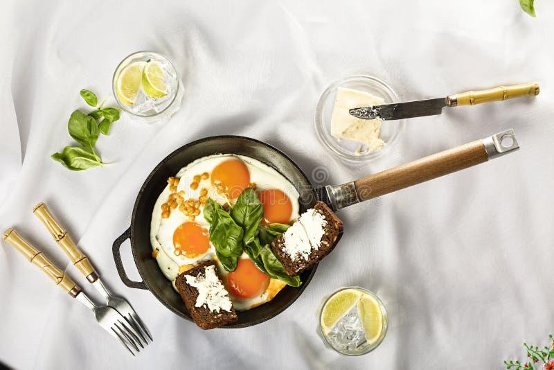 Ontbijtplaat, groene shakshuka, boerenkool, collard greens, spinazie, roereieren, toost, greens sla, boter, recept royalty-vrije stock afbeelding