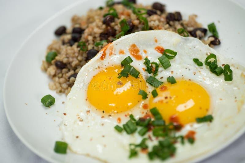 Ontbijtplaat met eieren royalty-vrije stock afbeelding