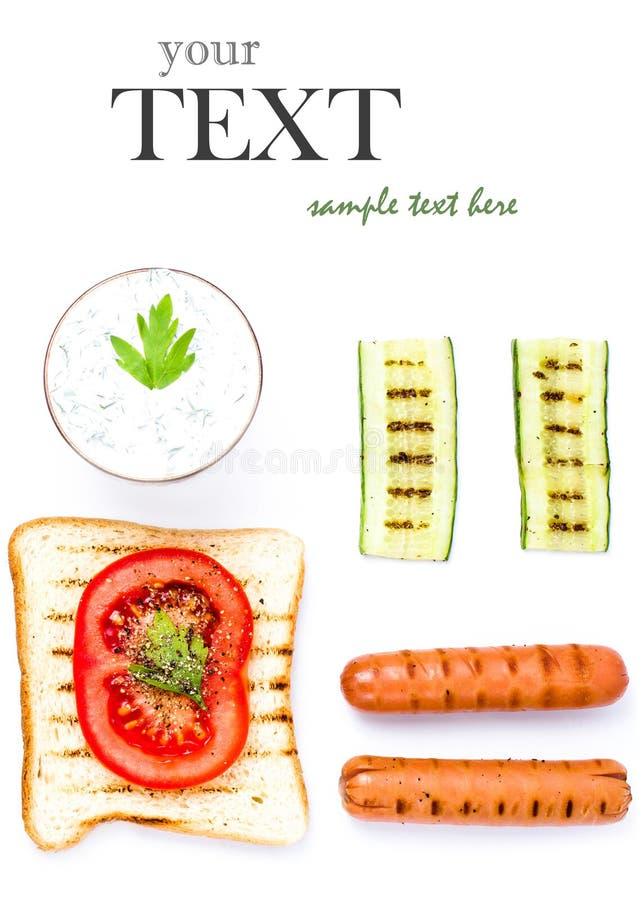 Ontbijtreeks toostingrediënten met brood, gebraden die eieren, groenten en room, op witte achtergrond wordt geïsoleerd, hoogste me stock afbeelding