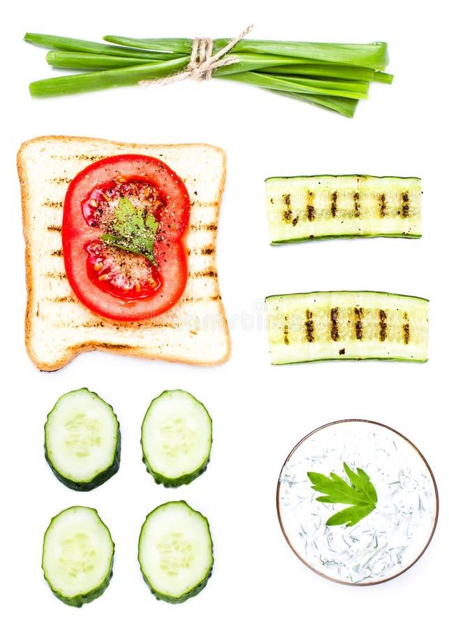 Ontbijtreeks toostingrediënten met brood, gebraden eieren, vege royalty-vrije stock foto's