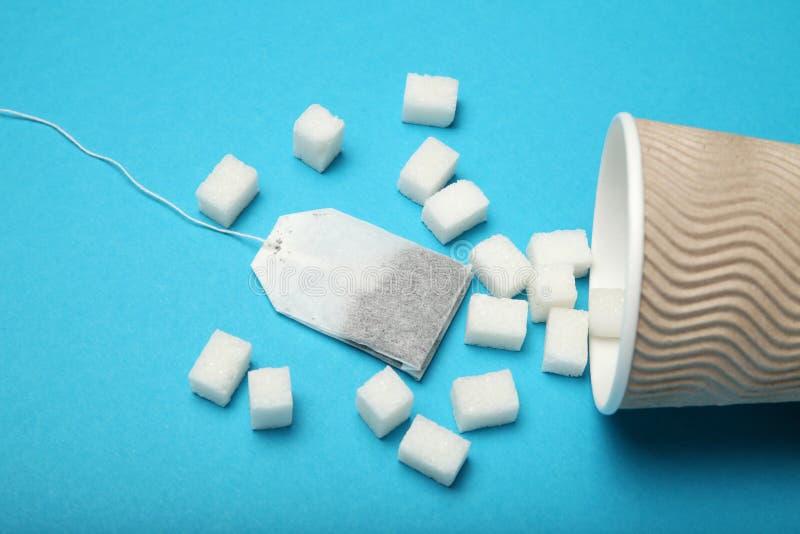 Ontbijtthee met suiker, ongezond additief Diabetesgevaar stock afbeeldingen