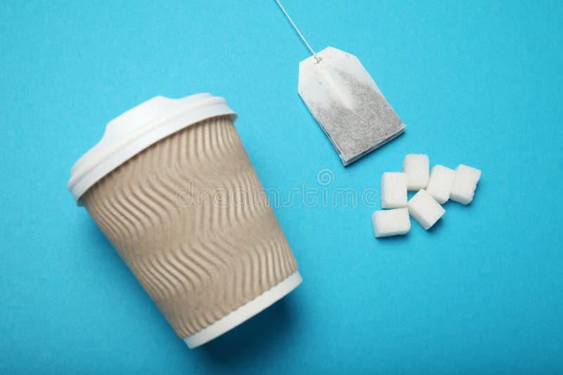 Ontbijtthee met suiker, ongezond additief Diabetesgevaar stock afbeelding
