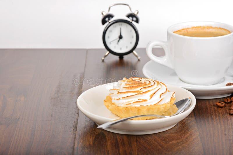 Ontbijttijd met koffie en cake stock afbeelding