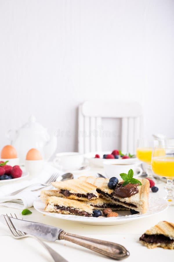 Ontbijttoost met het deeg van de chocoladenoot royalty-vrije stock fotografie