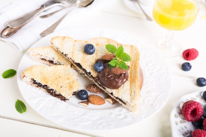 Ontbijttoost met het deeg van de chocoladenoot stock foto's