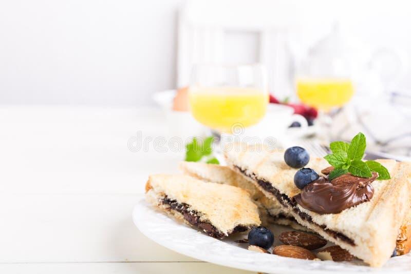 Ontbijttoost met het deeg van de chocoladenoot royalty-vrije stock afbeeldingen