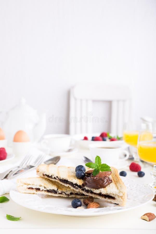 Ontbijttoost met het deeg van de chocoladenoot royalty-vrije stock foto's