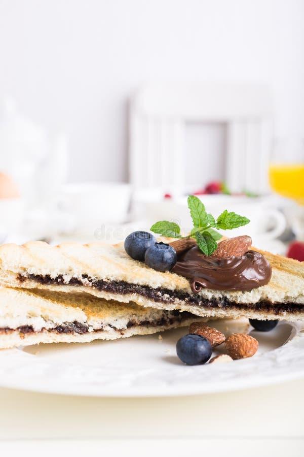 Ontbijttoost met het deeg van de chocoladenoot stock afbeeldingen