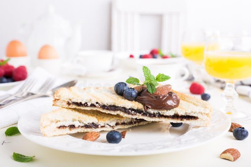 Ontbijttoost met het deeg van de chocoladenoot stock afbeelding