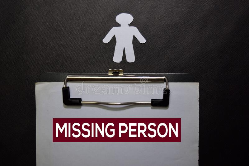 Ontbrekende Persoon schrijft op een boek dat op zwarte lijst wordt geïsoleerd stock fotografie