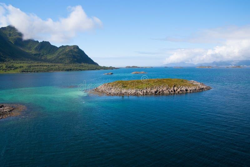 Ontdek wereld Ronde wereldcruise Eiland steenachtig omringd idyllisch zeewater in Noorwegen Zeegezicht met eiland op zonnig royalty-vrije stock foto