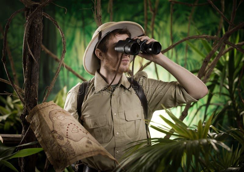 Ontdekkingsreiziger in de wildernis met verrekijkers royalty-vrije stock afbeeldingen