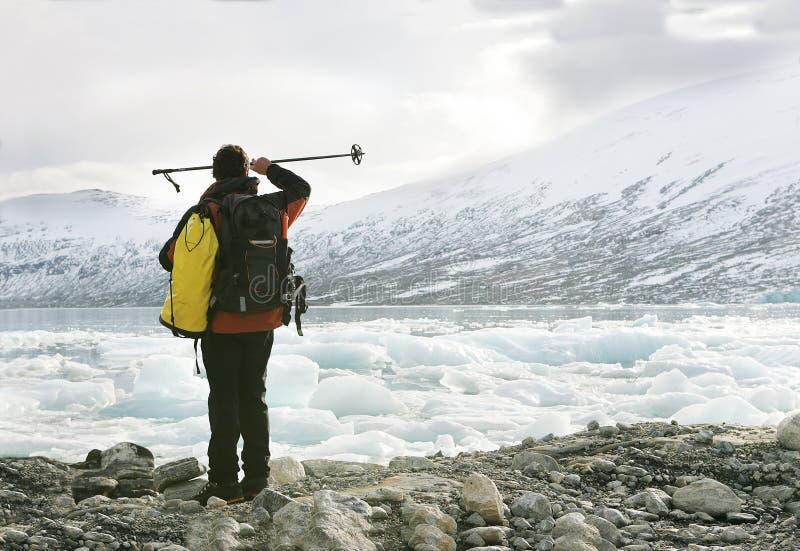Ontdekkingsreiziger in een gletsjer royalty-vrije stock afbeeldingen