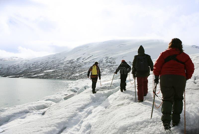Ontdekkingsreizigers in een gletsjer royalty-vrije stock afbeelding