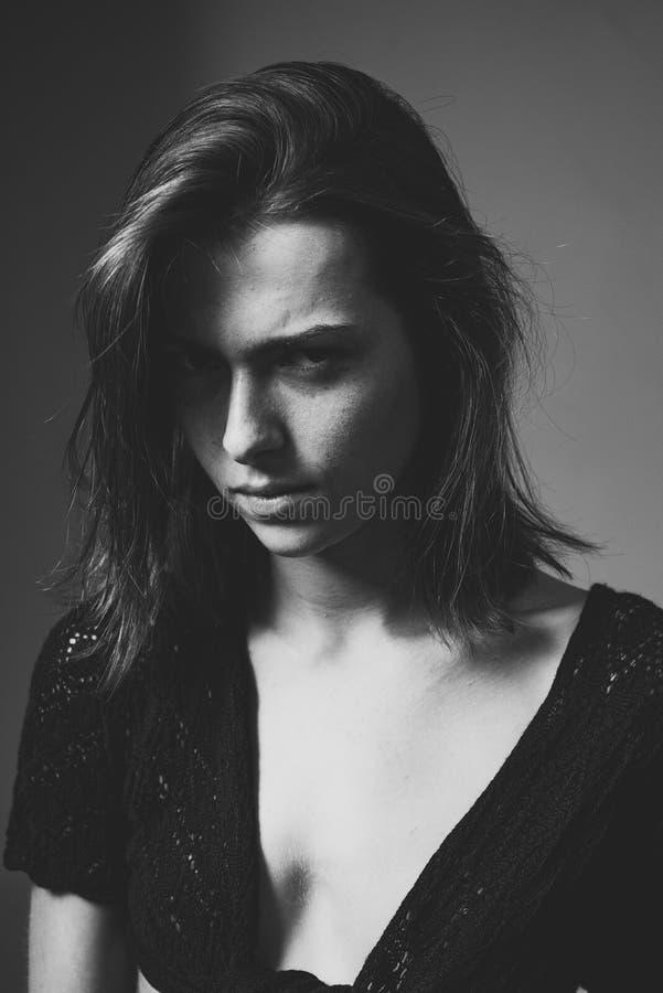 Ontempt, όμορφη νέα ελκυστική γυναίκα δυσπιστίας κλείστε επάνω Υπαίθριο πορτρέτο τρόπου ζωής του όμορφου νέου brunette στοκ εικόνα