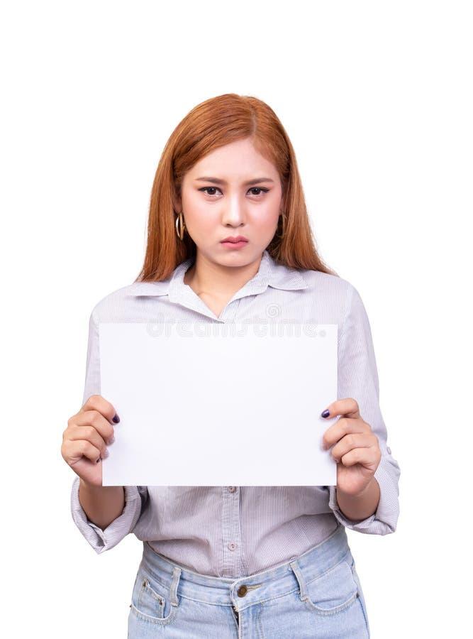 Ontevreden Aziatische lege het Witboekbanner van de vrouwenholding voor geprotesteerd met frown gezicht het schot van het studiop stock afbeeldingen