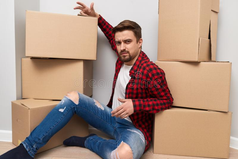 Ontevreden mens met het bewegen van dozen stock fotografie