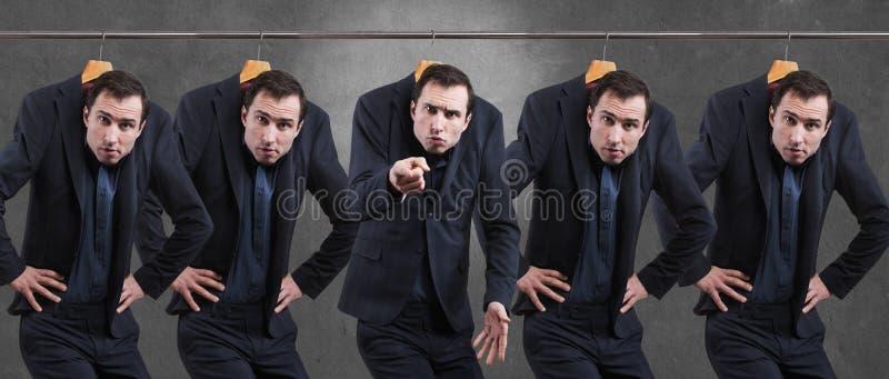 Ontevreden mensen in kostuum het hangen in de garderobe stock fotografie