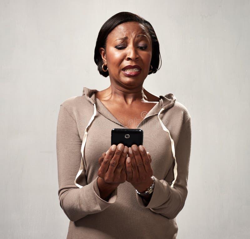 Ontevreden vrouw met smartphone royalty-vrije stock foto