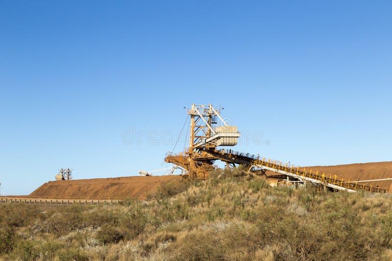 Ontginnend in Australië enkele infrastructuur mijnbouwijzererts stock afbeeldingen
