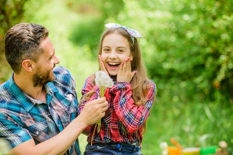 Ontgroei allergie?n Gelukkige familievakantie De vader en het meisje genieten van zomer Papa en dochter die paardebloem verzamele stock foto