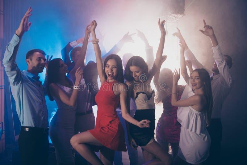 Onthaal aan beste nachtpartij Twee buitensporige dames die dichtbij e dansen royalty-vrije stock foto's