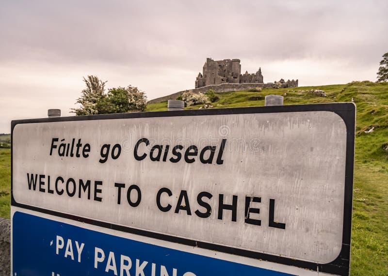 Onthaal aan de Rots van Cashel - een beroemd oriëntatiepunt in Ierland - CASHEL, IERLAND - MEI 14, 2019 royalty-vrije stock foto