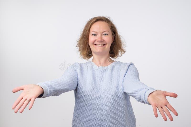 Onthaal of Nice om u te ontmoeten concept Europese vrouw met uitgerekte handenhanddruk stock foto