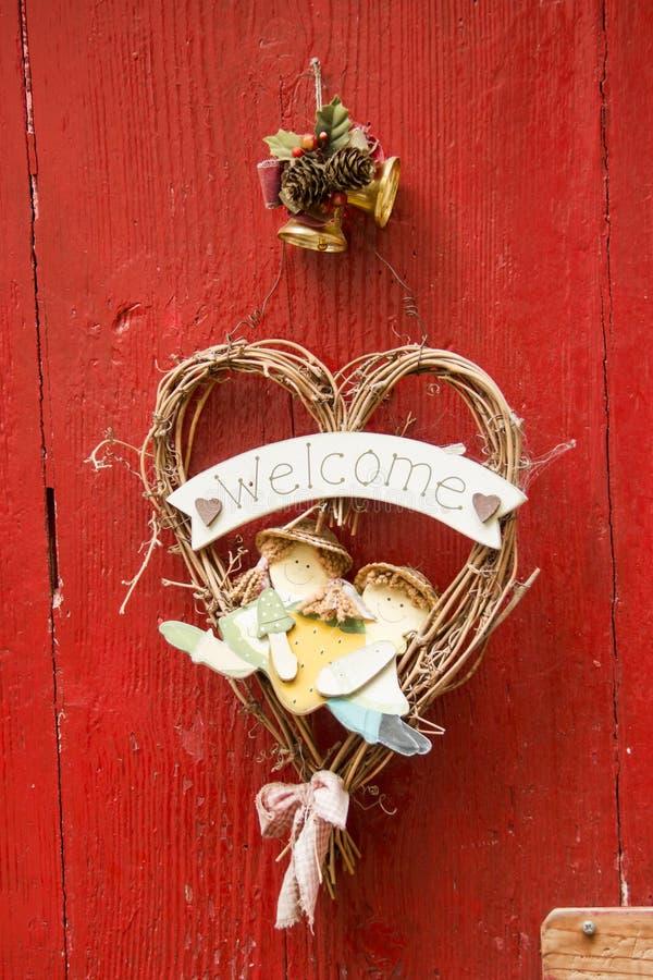 Onthaal op rode houten deur stock foto's