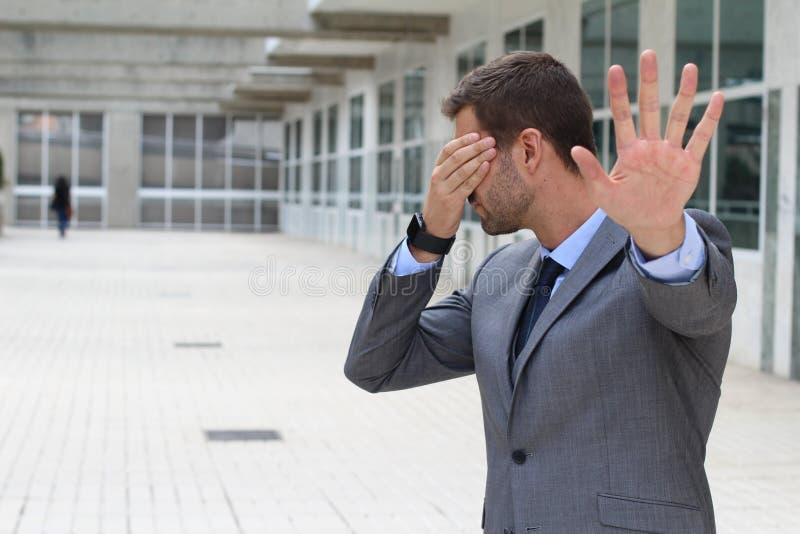 Ontkenningsconcept die met zakenman zijn ogen behandelen stock foto