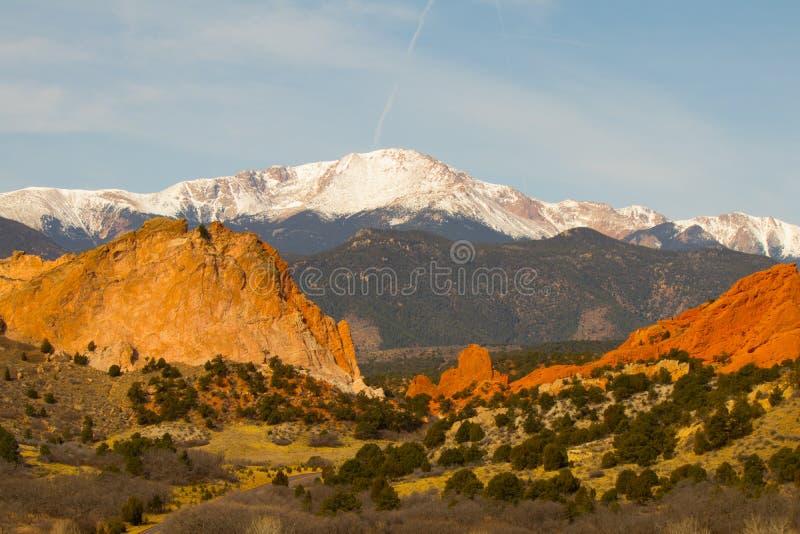 Ontruim blauwe hemel en prachtige donkerrode tint van zandsteen bij Tuin van de Goden, Colorado Springs, Colorado, U S royalty-vrije stock afbeelding