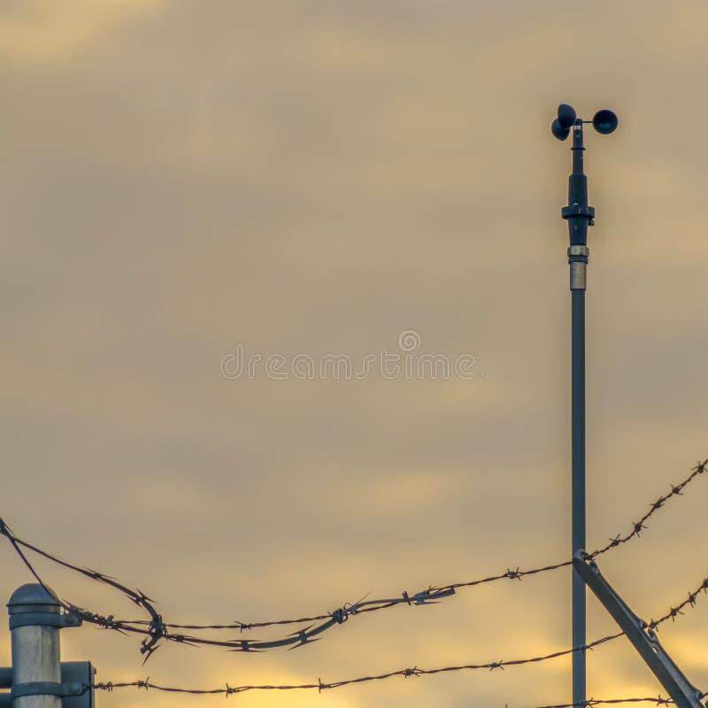 Ontruim de Vierkante omheining van de Kettingsverbinding met prikkeldraad beveiligend een Elektrische centrale in de Vallei van U royalty-vrije stock foto's