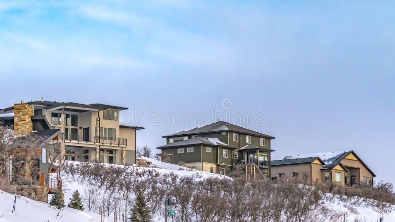 Ontruim Panoramaweg die de winden op een heuvel met poederachtige sneeuw op een zonnige de winterdag bedekten royalty-vrije stock afbeelding