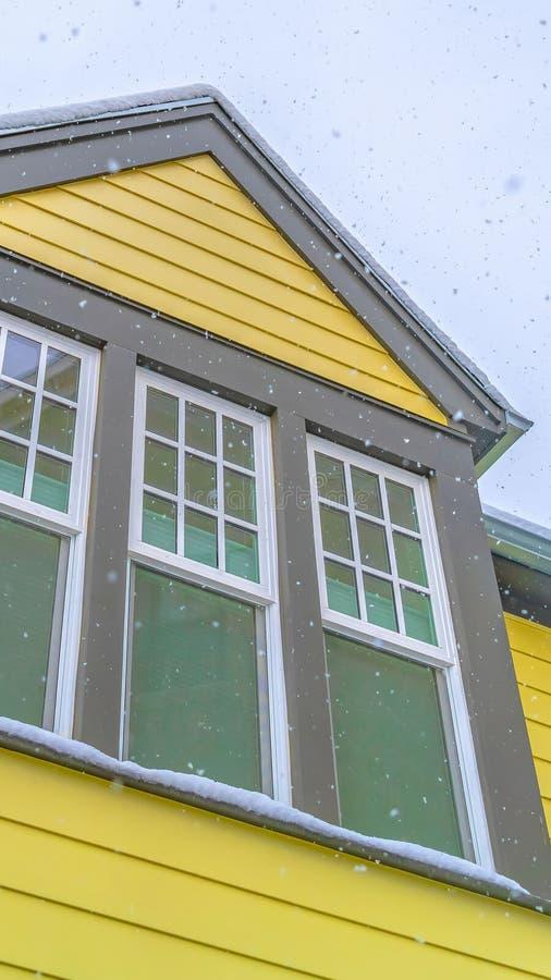 Ontruim Verticaal Huis in Dageraad Utah met gele muur en weerspiegelende glasvensters tegen hemel royalty-vrije stock afbeeldingen