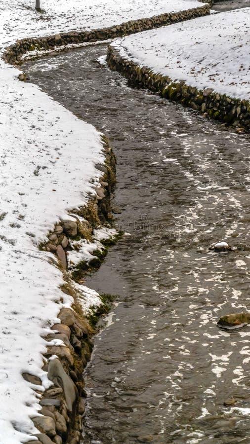 Ontruim Verticaal Ondiep water die die op een stroom lopen met stenen wordt gevoerd in de winter worden bekeken royalty-vrije stock foto