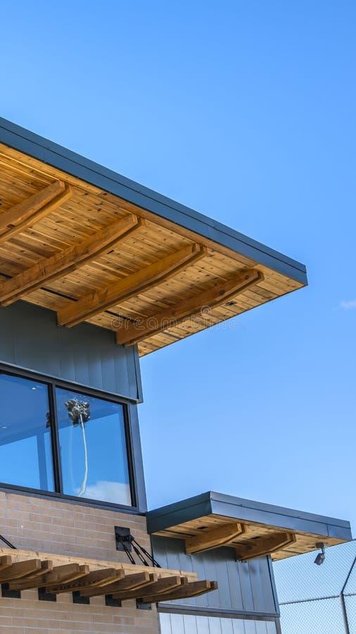 Ontruim Verticale Buitenkant van een baksteengebouw met vlak dak en grote glasvensters royalty-vrije stock foto's