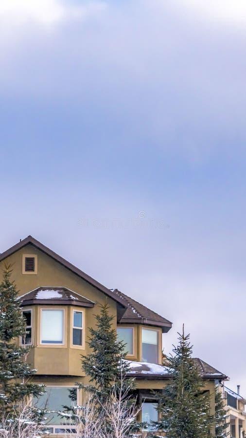 Ontruim Verticale Buitenkant van een elegant huis tegen blauwe hemel met gezwollen wolken in de winter royalty-vrije stock foto's