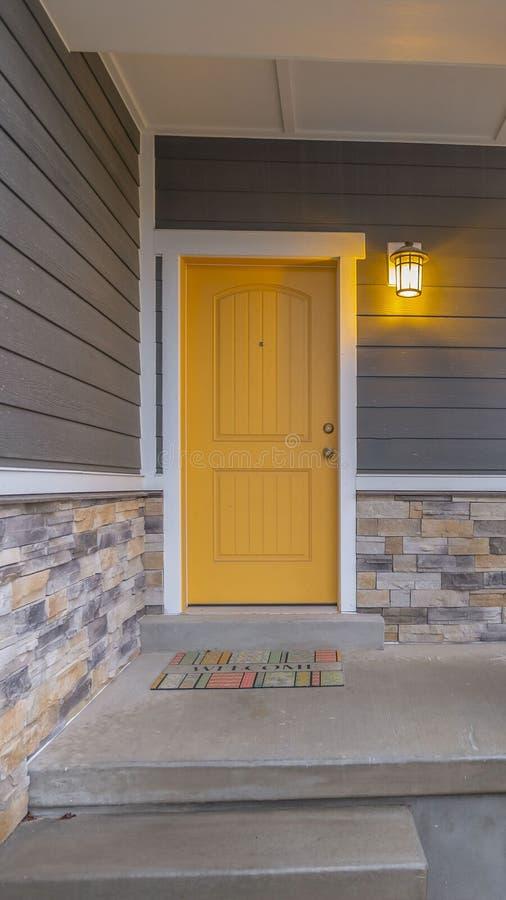 Ontruim Verticale Entryway van een huis met treden die naar de voorportiek en de deur stijgen royalty-vrije stock afbeeldingen