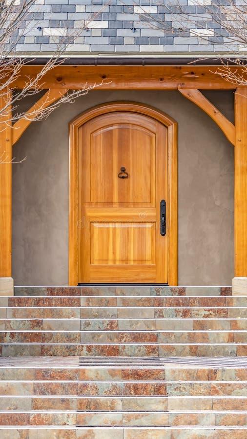 Ontruim Verticale Entryway van huis die met leafless hibernerende bomen op de yard in de winter wordt ontworpen stock foto