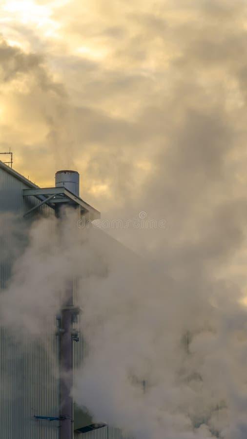 Ontruim Verticale Mooie bewolkte die hemel over een Elektrische centrale in de Vallei van Utah bij zonsondergang wordt bekeken royalty-vrije stock fotografie