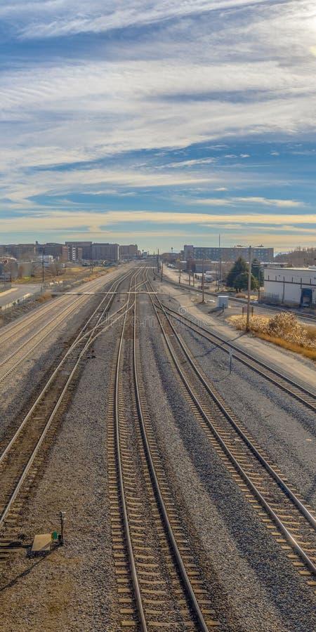 Ontruim Verticale Spoorwegsporen en wegen met berg en trillende bewolkte blauwe hemelachtergrond royalty-vrije stock afbeelding
