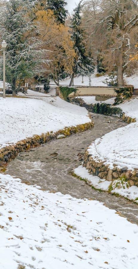 Ontruim Verticale Steen gevoerde stroom op een toneel en sneeuwpark tijdens de winter in Salt Lake City royalty-vrije stock foto
