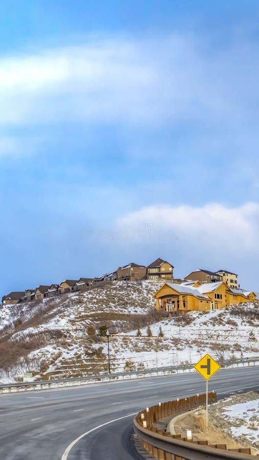 Ontruim Verticale Toneel de wintermening van een sneeuw behandelde berg tegen rustige bewolkte blauwe hemel royalty-vrije stock fotografie
