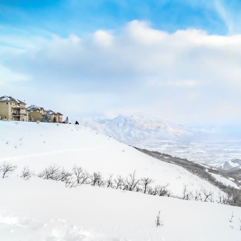 Ontruim Vierkant Panorama van een overweldigende sneeuwberg tegen trillende hemel met wolken stock foto