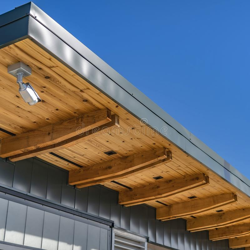 Ontruim Vierkante Buitenmening van een gebouw tegen levendige blauwe hemel op een zonnige dag royalty-vrije stock afbeelding