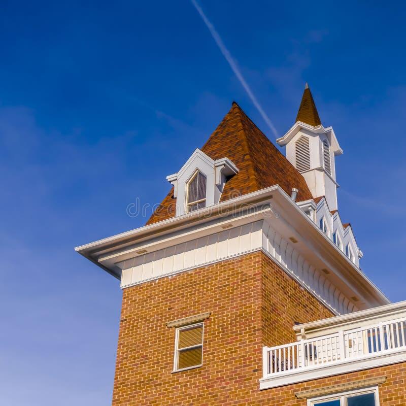 Ontruim Vierkante Buitenmening van een gebouw tegen trillende blauwe hemel op een heldere zonnige dag royalty-vrije stock afbeelding