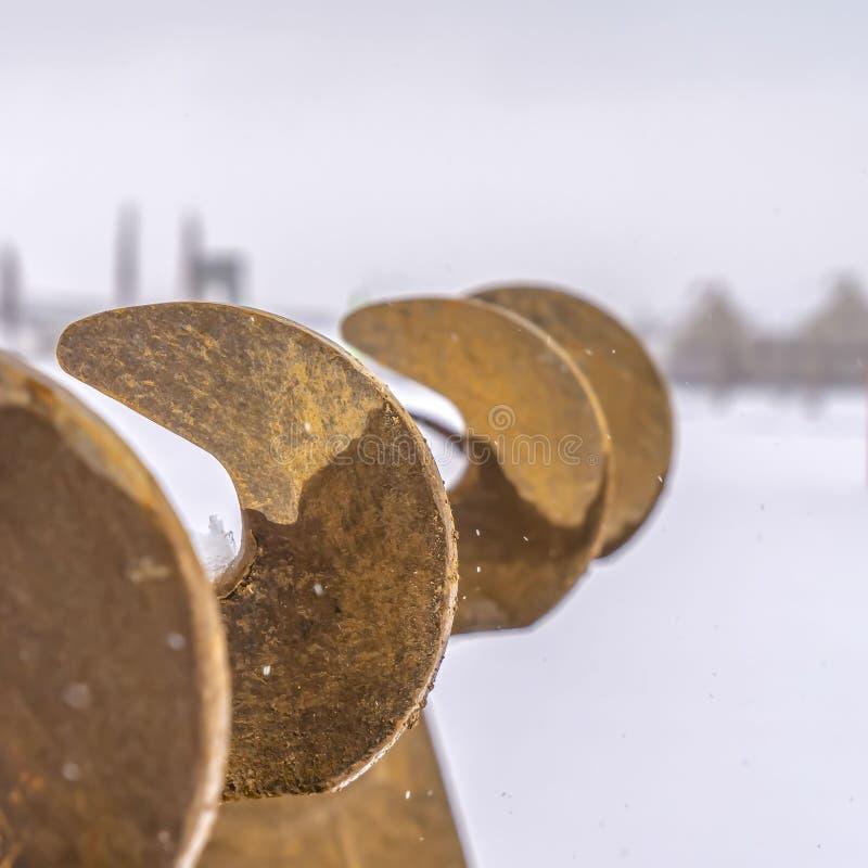 Ontruim Vierkante Tanden van een graafwerktuigemmer tegen een sneeuwlandschap in Dageraad Utah stock afbeeldingen